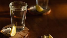 Рюмка с алкоголем стоит на столе