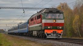 поезд едет по рельсам