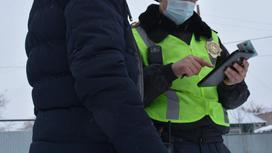Полицейский разговаривает с водителем