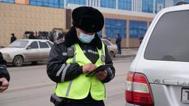 Полицейские проверяет номер авто в планшете