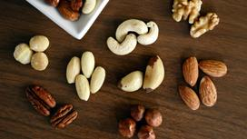 Орехи на столе