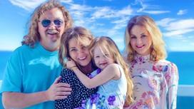 Игорь Николаев с женой и дочерями