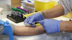 у мужчины берут кровь на анализ