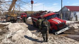 Пожарная машина провалилась в яму