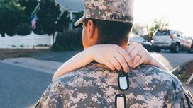 Женщина обнимает солдата