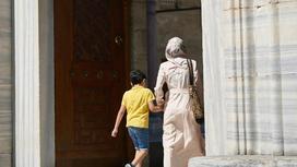 Девушка с ребенком идет в мечеть