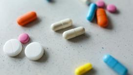 Таблетки разных цветов лежат на столе