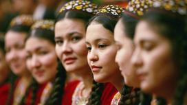 Туркменки в традиционной одежде