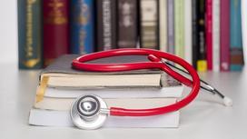 Медицинский инструмент лежит на книгах