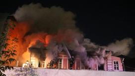Пожарные тушат пожар
