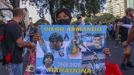 Митингующий с плакатом Диего Марадоны