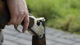 Мужчина заряжает ружье