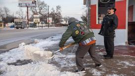 Мужчина чистит снег в Техасе