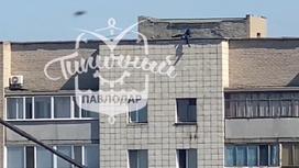 Мужчина на крыше в Павлодаре
