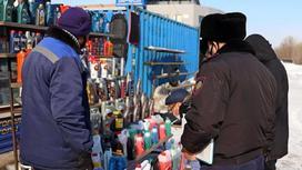 Полицейские проверяют точку продажи