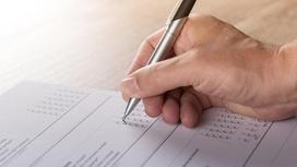 Мужчина пишет на бланке