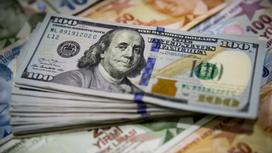 Пачка долларов лежит на турецких лирах