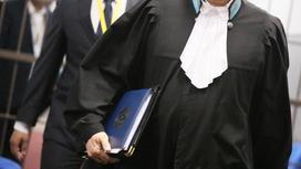Судья идет в зал заседания с папкой в руках