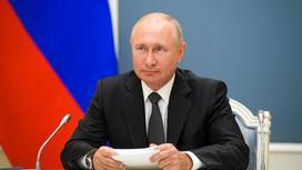 Владимир Путин держит в руках стопку бумаг
