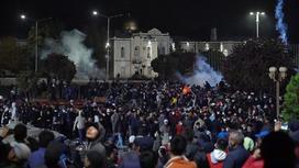 Толпа людей собралась на митинге в Кыргызстане