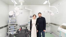 Женщина и мужчина стоят в медицинском кабинете