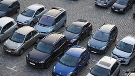 Машины стоят на платной парковке