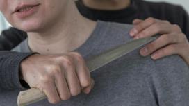 Мужчина приставил к горлу нож