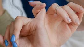 Девушки держатся за пальцы друг друга
