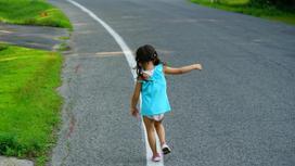 Ребенок бежит по проезжей части
