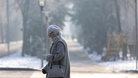 Пожилая женщина гуляет на улице
