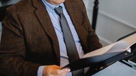 Мужчина в костюме сидит за столом