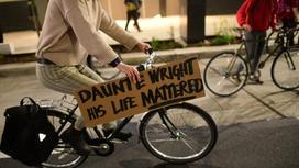 """Велосипедист с надписью """"Данте Райт. Его жизнь имела значение"""""""