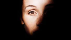 Женщина смотрит в камеру