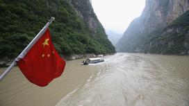 Судно плывет по реке