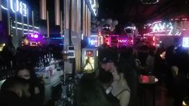 Люди в ночном клубе