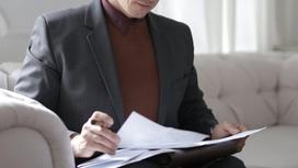 Деловой мужчина смотрит в бумаги