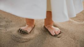 Ноги ребенка на песке