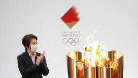 Сейко Хасимото около олимпийского огня