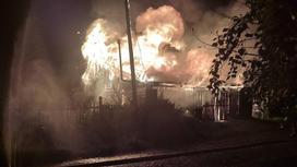 Дачный дом горит в Риддере