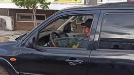 Водитель за рулем автомобиля в Алматинской области