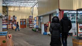 Люди прогуливаются по территории рынка