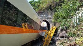 Поезд в Тайване сошел с рельсов в туннеле