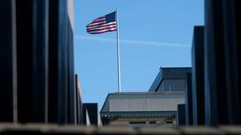 Флаг США установлен на здании