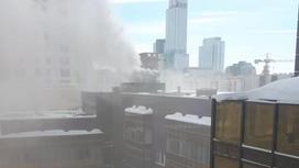 Дым поднимается над зданием в Нур-Султане