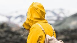 Девушка стоит на фоне гор
