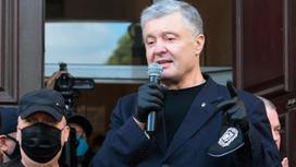 Петр Порошенко говорит в микрофон