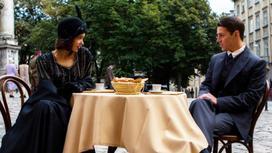 Пара сидит за столиком