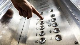 Мужчина нажал на кнопку в лифте