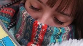 Девушка закрыла лицо шарфом