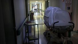 Капсула для изоляции больного стоит в коридоре больницы
